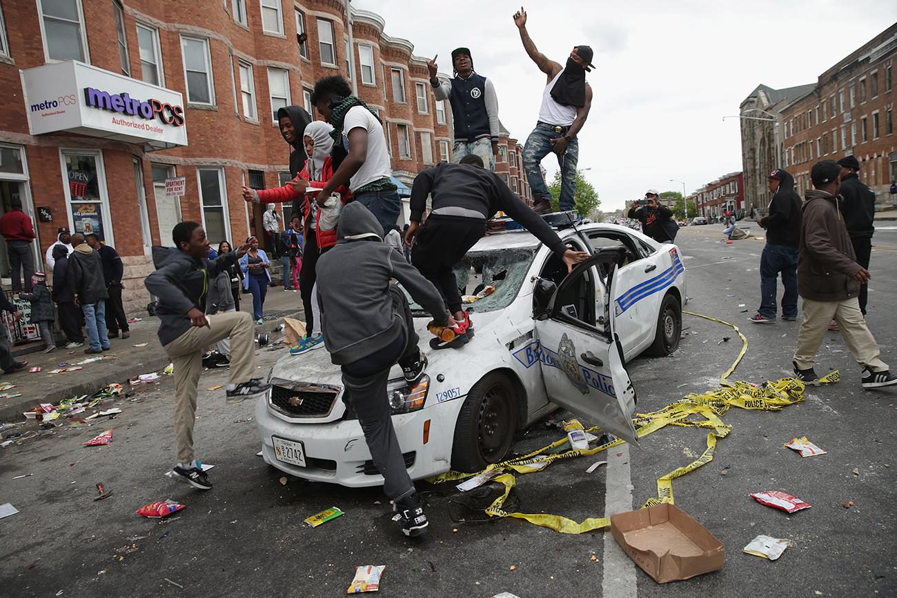 Балтимор, Мэриленд. Беспорядки после похорон Фредди Грея, который был арестован за хранение ножа, а через неделю умер в больнице от тяжелой травмы спинного мозга, полученной им во время пребывания в полиции. Фото Chip Somodevilla/Getty Images