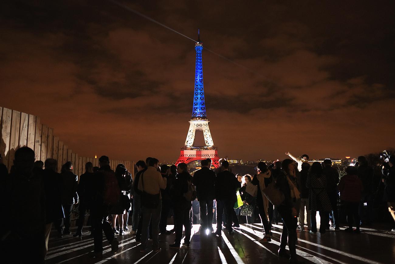Париж, Франция. В честь жертв терактов 16 ноября 2015 года Эйфелева башня освещена красным, белым и синим цветами. Фото: Christopher Furlong/Getty Images