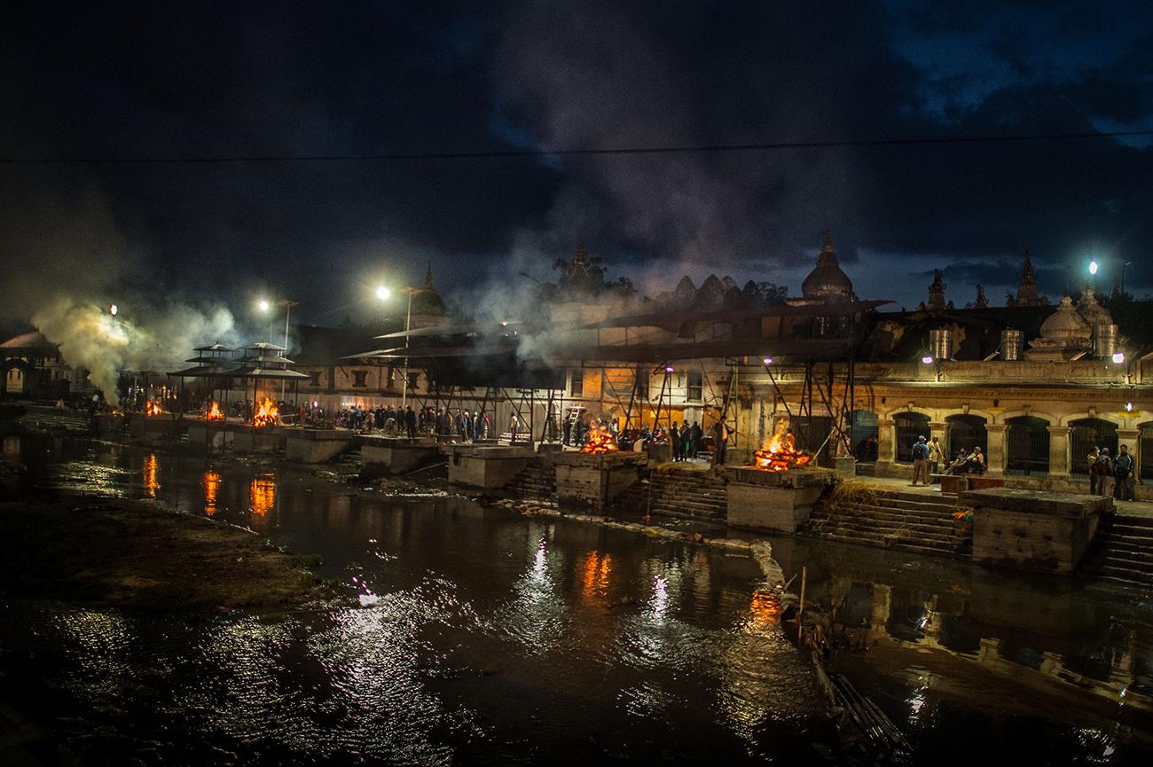 Катманду, Непал. В храме Pashupatinah кремируют жертв землетрясения, унёсшего жизни около 6000 человек. Фото David Ramos/Getty Images