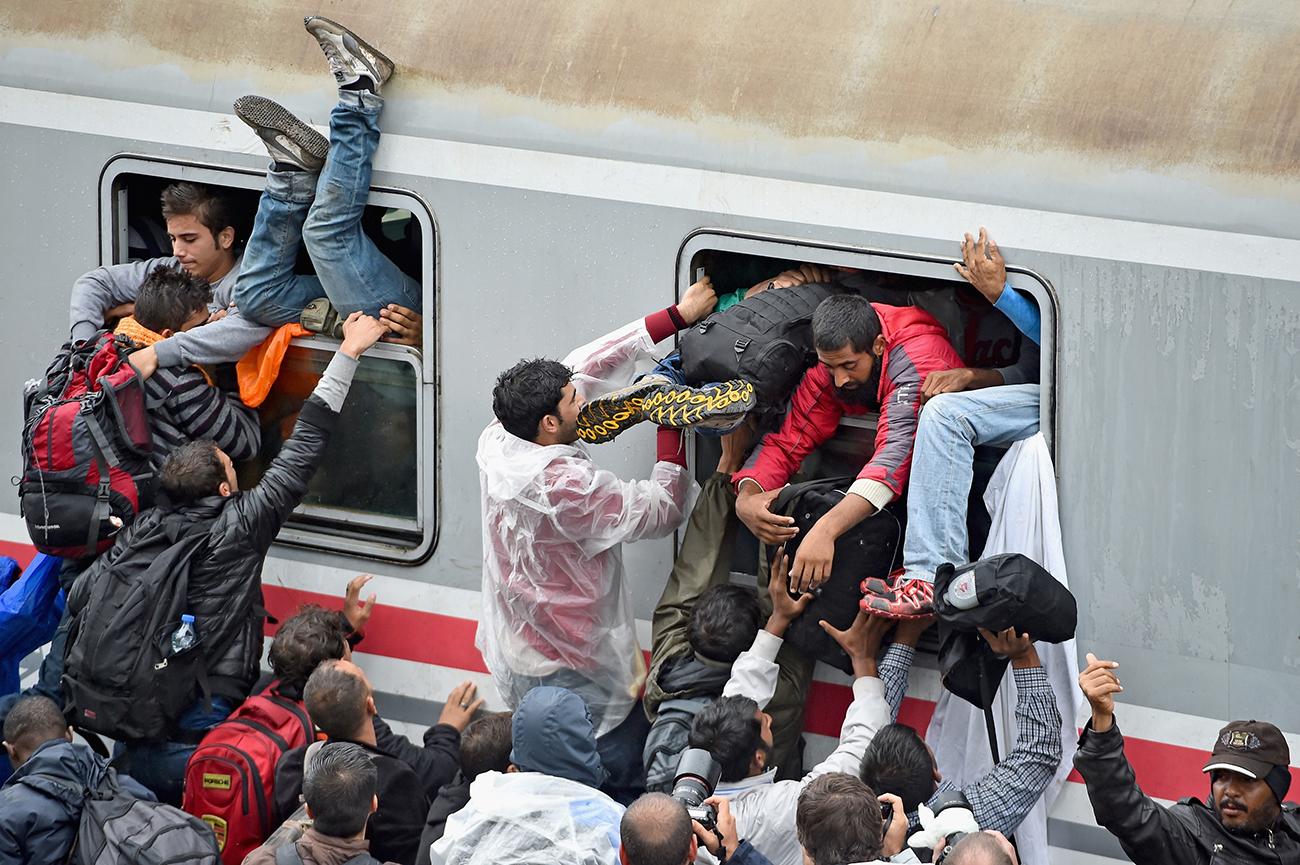 Товарник, Хорватия. Мигранты отчаянно пытаются сесть на поезд, идущий в Загреб. Фото Jeff J Mitchell/Getty Images