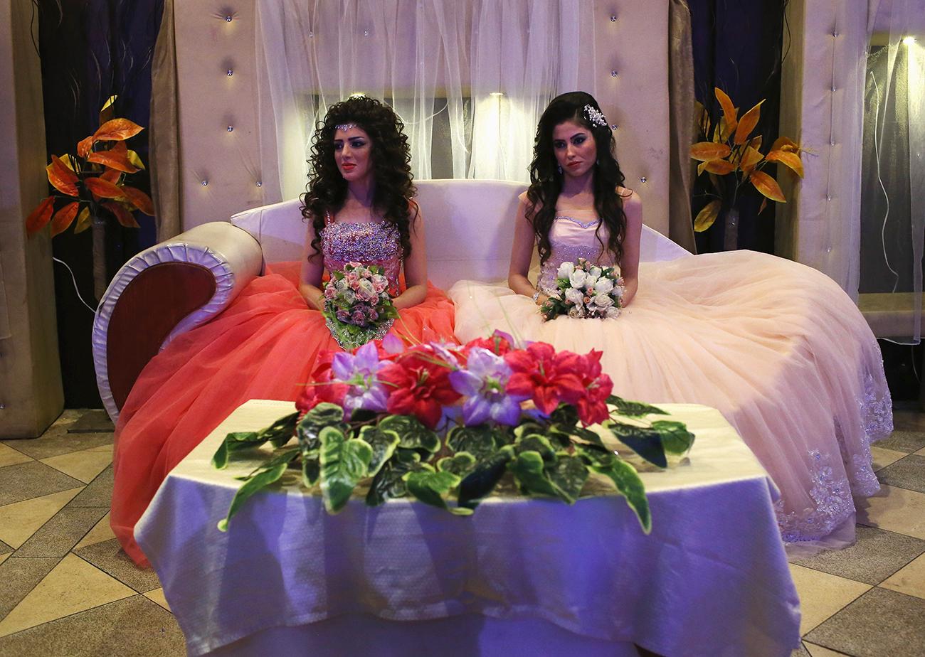 Эль-Камышлы, Сирийский Курдистан. Курдские невесты Халбаст Халили и Мезин Мюрат на заочном свадебном приёме. Их женихи в это время находятся в Германии, куда они иммигрировали в качестве беженцев. Женщины планируют присоединиться к мужьям, как только будут оформлены документы. Фото: John Moore/Getty Images