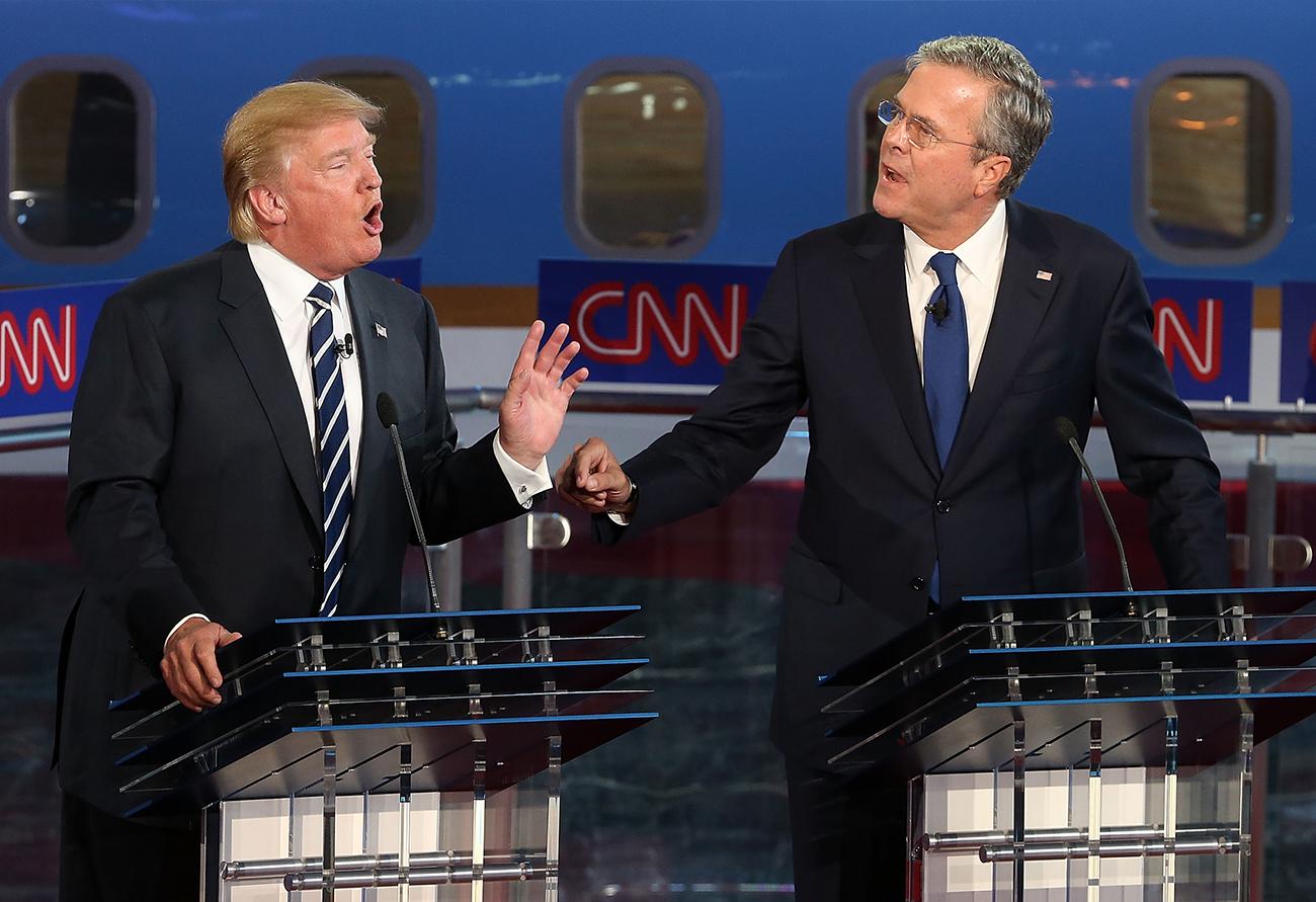 Сими-Вэлли, Калифорния. Республиканские кандидаты в президенты Дональд Трамп и Джеб Буш спорят во время президентских дебатов в библиотеке Рейгана. Фото Justin Sullivan/Getty Images