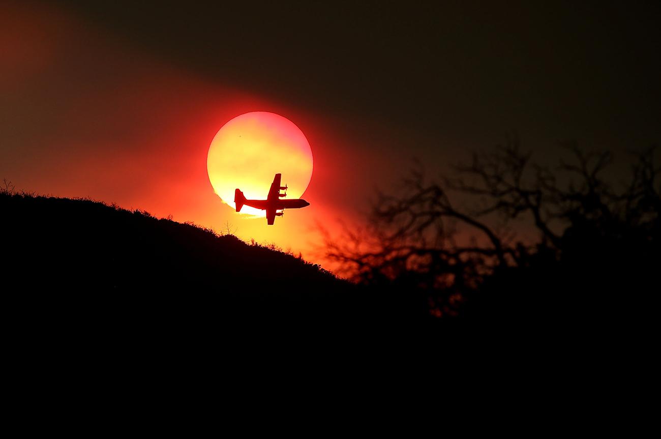 Клирлейк, Калифорния. Тушение пожара с воздуха. Более 1900 пожарных сражаются с огнём на земле. Фото Justin Sullivan/Getty Images