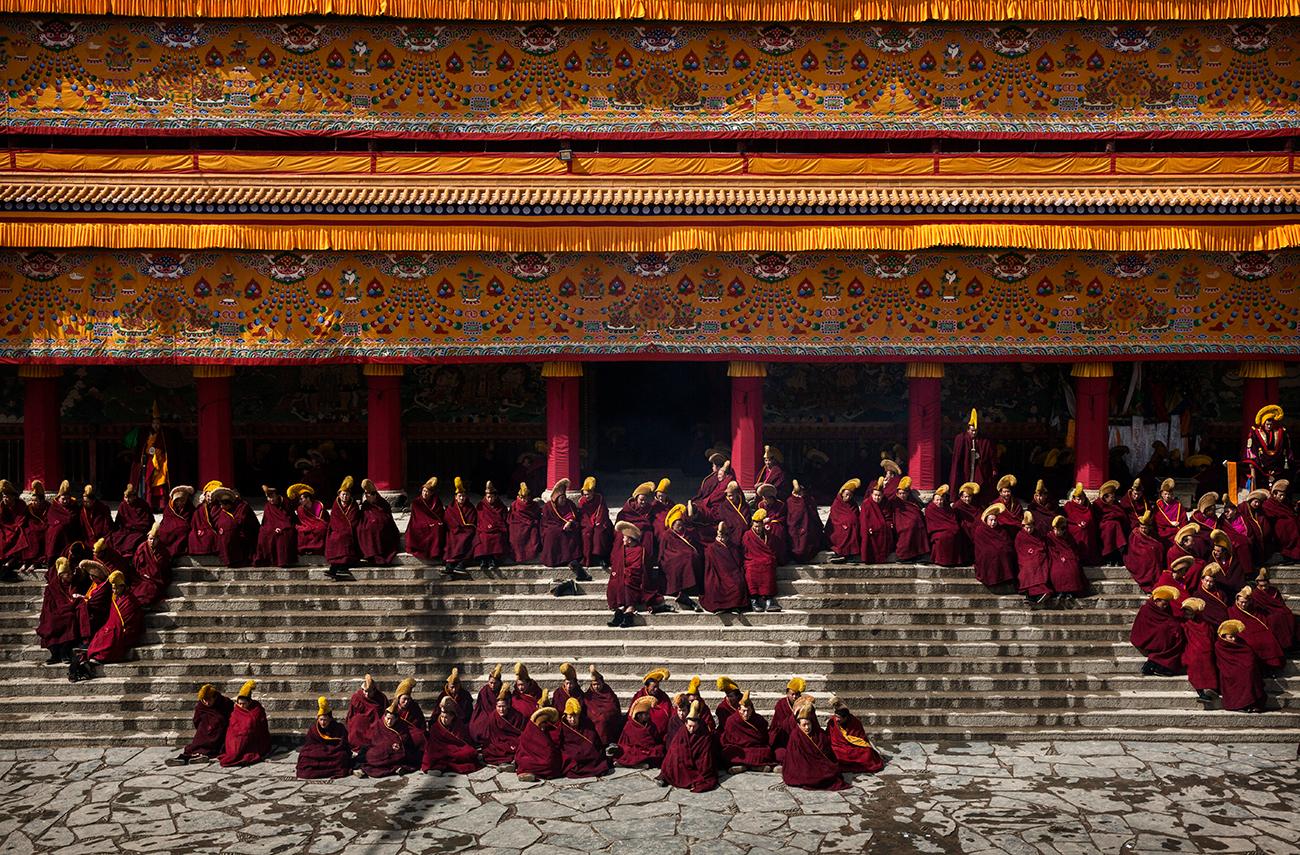 Лабранг, Китай. Тибетские буддийские монахи собираются на Великий молитвенный фестиваль Монлам. Запрещённый во время китайской культурной революции, Монлам в последние годы отмечается во многих областях. Фото Kevin Frayer/Getty Images