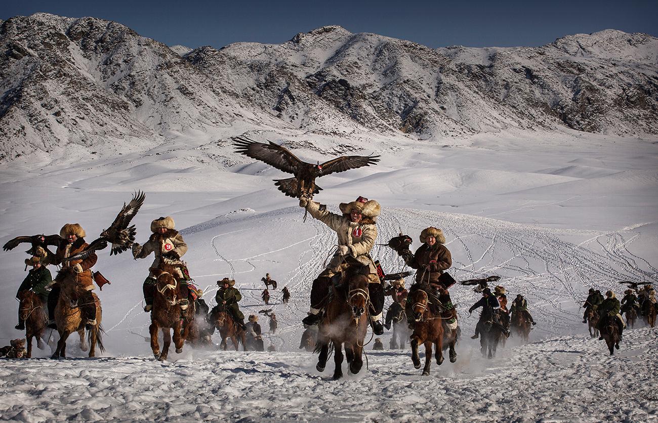 Цинхэ, Китай. Охотники с орлами на состязаниях по орлиной охоте. Фото Kevin Frayer/Getty Images