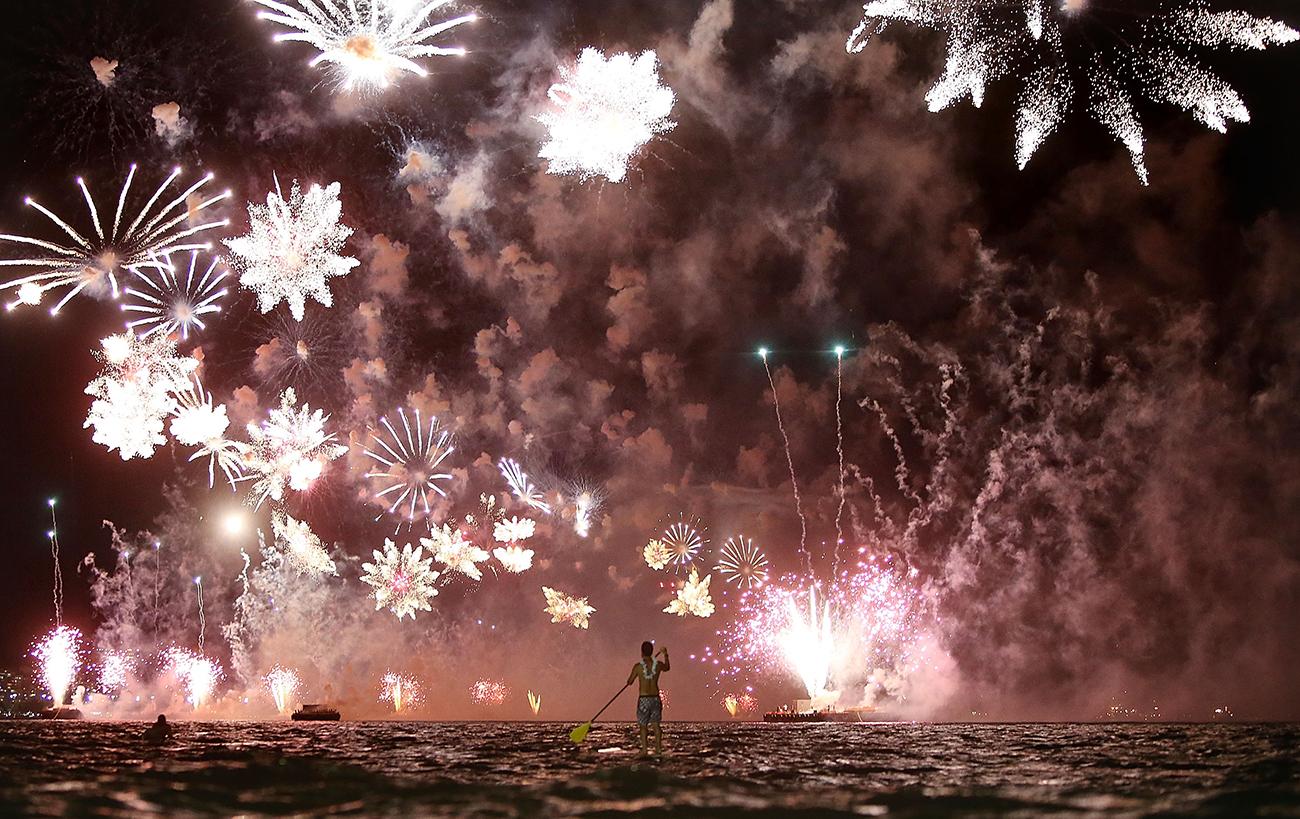 Рио-де-Жанейро, Бразилия. Фейерверк на пляже Копакабана во время празднования Нового года. Фото Mario Tama/Getty Images