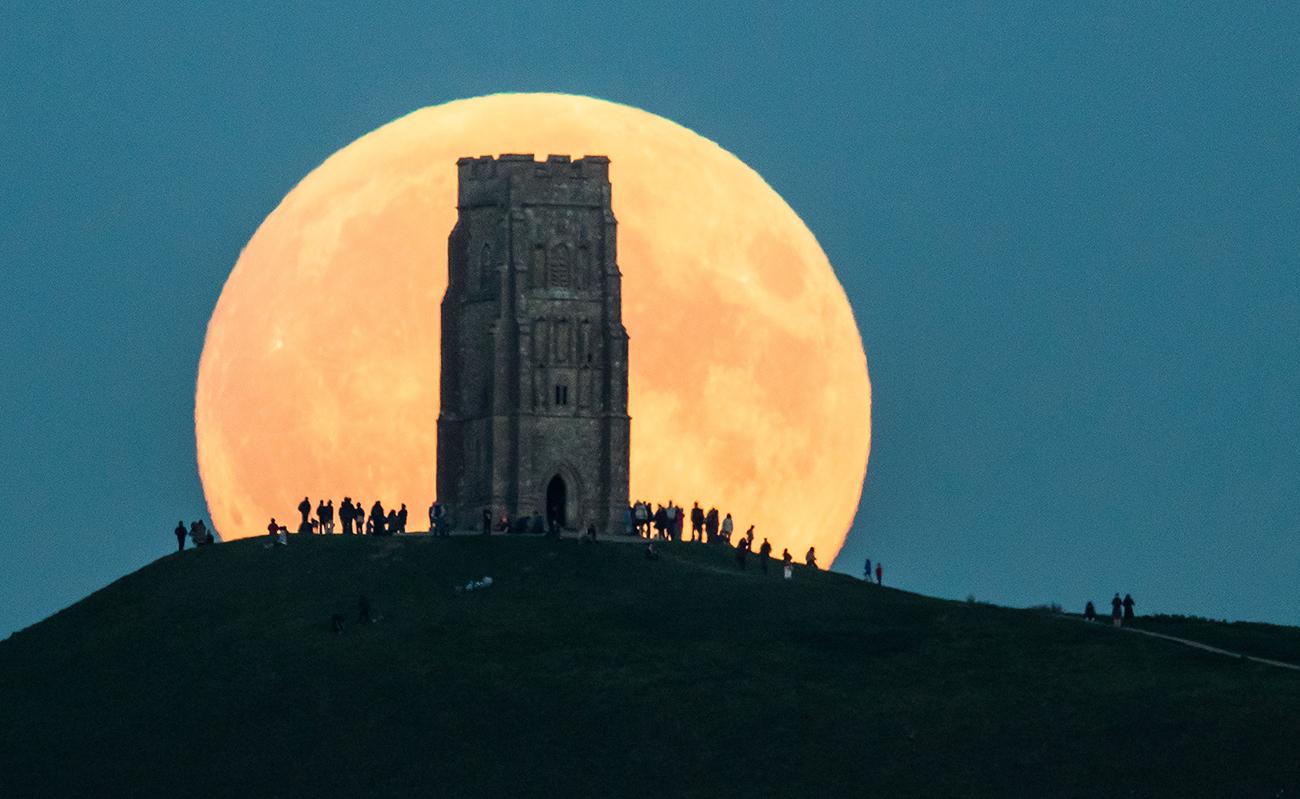 Гластонбери, Великобритания. Супер Луна в ночь на 27 сентября. Следующую такую картину можно будет наблюдать в 2033 г. Фото: Matt Cardy/Getty Images