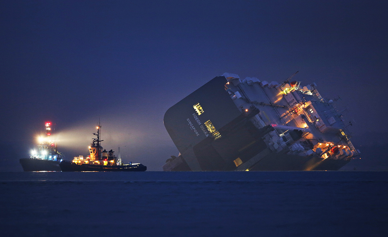 Каус, Великобритания. Спасательный буксир освещает дно севшего на мель грузового судна Hoegh. Все 25 членов экипажа были спасены. Фото Peter Macdiarmid/Getty Images