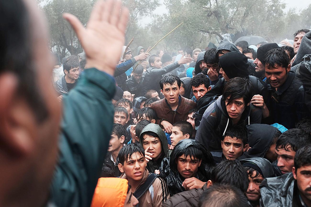 Митилине, Греция. Беженцы из Афганистана протестуют против волокиты при оформлении документов. Лагерь беженцев Мориа на острове Лесбос перегружен, обостряется насилие. Фото: Spencer Platt/Getty Images