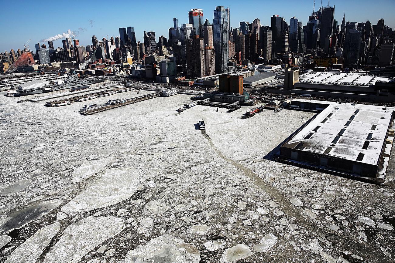Нью-Йорк, США. Арктический холод в феврале в Нью-Йорке - льдины на реке Гудзон. Фото Spencer Platt/Getty Images