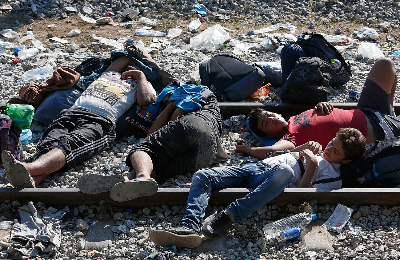 Идомени, Греция. Сирийские мигранты спят на железнодорожных путях в ожидании оформления разрешения на пересечение границы с Македонией. Фото Win McNamee/Getty Images