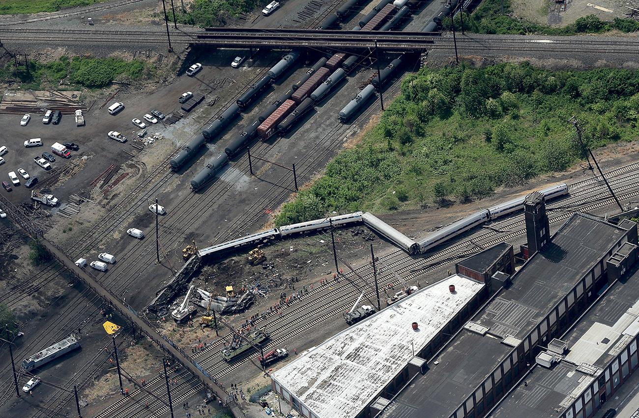Филадельфия, Пенсильвания. Место крушения поезда 188, следовавшего из Вашингтона в Нью-Йорк. По крайней мере, шесть человек погибли, более 200 получили ранения. Фото Win McNamee/Getty Images